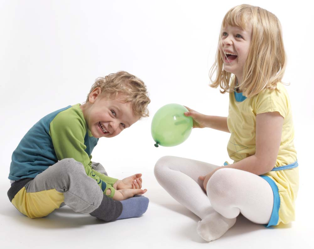Spielmode-Outfits: Maus-Hose und s'läuft in Blau und gelbes Kleid