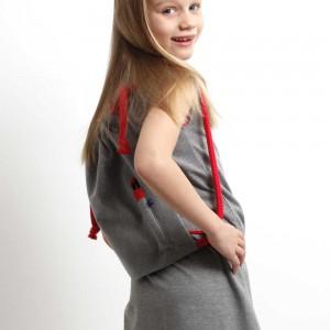 Spielmode-Outfit: graues Kleid mit rotem Rucksack Pintame