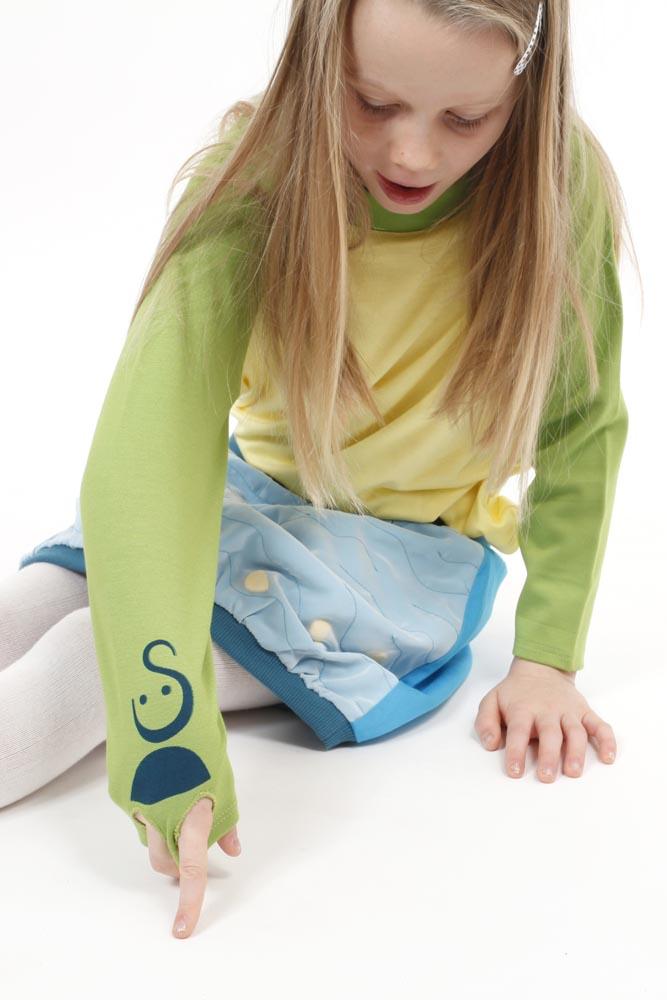 Spielmode-Outfit in Aktion: Labyrinth-Rock und s'läuft in Gelb