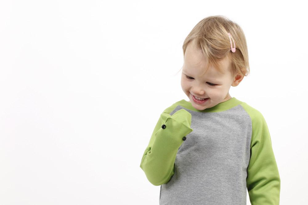 Froschi in Grau lacht