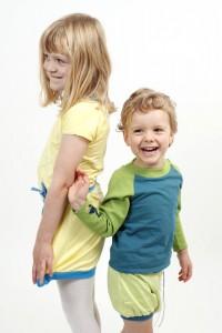 Spielmode-Outfits: gelbes Kleid Twist und Maus-Hose und s'läuft in Blau