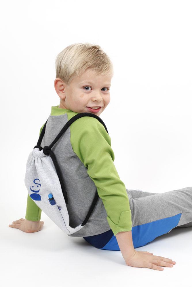 Spielmode-Outfit: Labyrinth-Hose mit Froschi in Grau und Rucksack zum Bemalen in Blau angezogen
