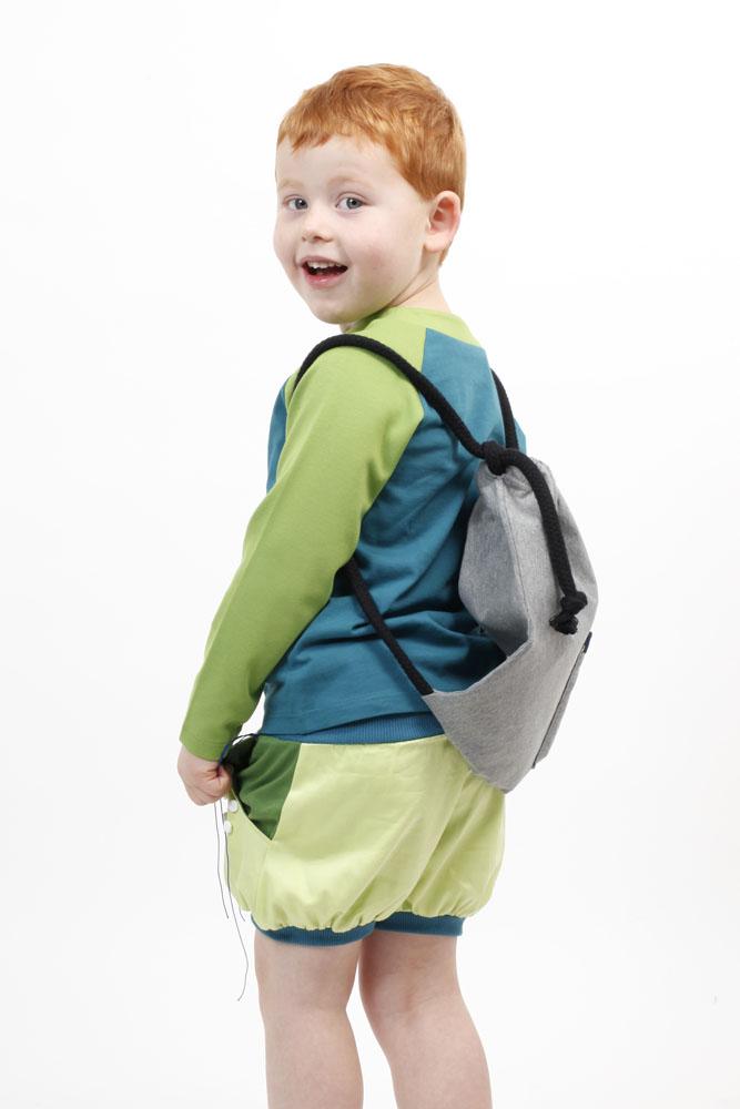 Spielmode-Outfit: Punktspiel-Hose mit Froschi in Blau und Rucksack zum Bemalen in Schwarz
